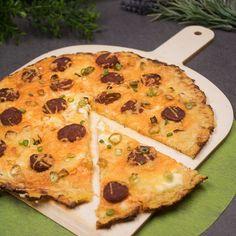 Die Kürbis-Pizza ist low-carb und glutenfrei. Sie ist nicht mit Kürbis belegt sondern der Boden besteht daraus. Belegt ist sie mit Chorizo.