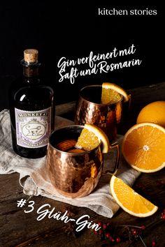 Anstelle von Wein wird bei dieser Variante zu #Gin und einem Saft nach Wahl gegriffen, zum Beispiel Apfel-, Cranberry- oder #Grapefruitsaft. Nun kommen #Zitrusaromen und #Gewürze, manchmal auch Kräuter wie #Rosmarin, ins Spiel – leicht erwärmen und fertig ist das #Trendgetränk!  #cocktail #heißgetränk #rezepte Winter Cocktails, Winter Drink, Candle Jars, Candles, Gin, Whiskey Bottle, Food, New Years Eve Food, Drink Recipes