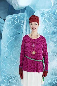 Gudrun Sjödéns Winterkollektion 2014 - Das Shirt Smilla mit dem schicken Zweifarbendruck erinnert an die Landschaften des hohen Norden. Verfügbare Farbe: Zichorie, Hibiskus und Schwarz.