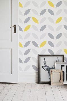 Una stimolante e abile combinazione di giallo e grigio su una tela dallo sfondo bianco caratterizzano la carta da parati con pattern floreale astratto giallo e grigio. Il pattern floreale verticale crea un bellissimo effetto per stanze dal soffitto più basso del normale.