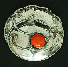FONS REGGERS 1886-1962 - Large round silver brooch with hammered Amsterdam School pattern and with cabochon cut red coral fixed with claws and with several smaller red coral stones pin with safety clasp the Netherlands ca.1925