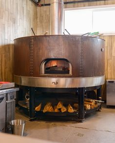 Looking For A Portable Wood Fired Pizza Oven or A Quality Brick Pizza Oven - We Have You Covered With Great Advice On Four Fantastic Models! Wood Oven, Wood Fired Oven, Wood Fired Pizza, Deco Restaurant, Pizza Restaurant, Restaurant Design, Outdoor Kitchen Bars, Outdoor Oven, Outdoor Cooking