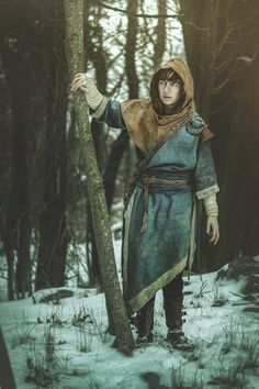 I finally got the chance to do a shoot in my completed Skyrim mage robes under semi-snowy conditions Skyrim Mage, Skyrim Cosplay, Skyrim Costume, Medieval Witch, Medieval Fantasy, Armor Clothing, Medieval Clothing, Fantasy Character Design, Character Inspiration