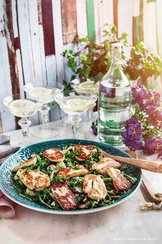 En vårlig och fräsch potatissallad fullproppad med godsaker som örter, sparris och fetaost toppad med salt och härligt nygrillad halloumi. Passar perfekt på påskbordet! #påsk #easter #sallad #vår
