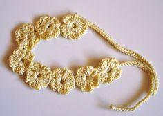 Chaleco para niña con diadema Chaleco para niña, realizado a ganchillo con hilo de algodón, y para combinar una diadema de flores.