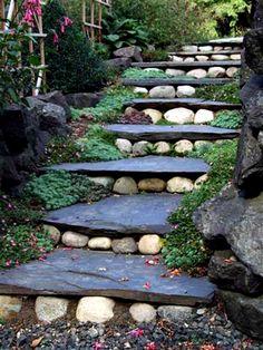 Лестница из плоских камней.