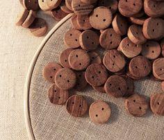 Handmade Wooden Buttons... Botões artesanais de madeira... Botones artesanales de madera.