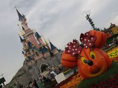 Disneyland Paris se pare des couleurs d'Halloween Disneyland Paris, Halloween, Vacations, Images, Future, 20 Year Anniversary, Color, Holidays, Future Tense