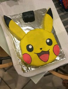 Gâteau Pikachu en pâte à sucre. - Apfel Kuchen - Gâteau Pikachu en pâte à sucre. Pokeball Cake, Pikachu Cake, Pokemon Birthday Cake, Pokemon Party, Pokemon Pokemon, 6th Birthday Parties, Boy Birthday, Bithday Cake, Cake Templates