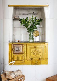 Alkuperäinen kakluuni on käytössä, ja siinä on hella keittolevyineen. Anna kiittelee ammattitaitoista nuohoojaa, joka opasti, kuinka, kuinka viittä eri peltiä säädellään. Joku edellisistä asukkaista on maalannut hellan pramealla kultamaalilla. Halkokori on ostettu K-raudasta. Cottage Design, House Design, Build Your Own House, Interior Photography, Slow Living, Rustic Interiors, Rustic Kitchen, Interior Inspiration, Beautiful Homes