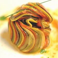 For every over of the Ratatouille movie. Ratatouille by Thomas Keller. This is the The ratatouille that Thomas created for the movie. Food Design, Design Design, Graphic Design, Food Presentation, Food Plating, I Love Food, Food Inspiration, Great Recipes, Vegetarian Recipes