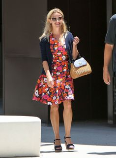Reese Witherspoon Photos - Reese Witherspoon is seen out running errands in a summer dress on July - Reese Witherspoon Rocks a Floral Print Dress Reese Witherspoon Legally Blonde, Reese Witherspoon Style, Preppy Mode, Preppy Style, Reese Whitherspoon, Simple Dresses, Summer Dresses, Classy Girl, Travel Clothes Women