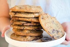 Cookies Opskrift - verdens bedste cookie med chokolade og nødder Food Inspiration, Cookies, Breakfast, Blog, Crack Crackers, Morning Coffee, Biscuits, Cookie Recipes, Blogging