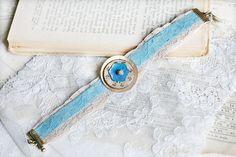 Bracelet galons de dentelle ancienne beige et bleu pâle bouton en bois et bouton en nacre