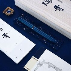 Yesterday's mystery box contained the new Sailor Zui Sei limited edition fountain pen for the 105th anniversary of the Japanese brand. It's an oversized pen, made of blue-black striped ebonite, and as @penaddict said, it's damn hard to photograph right, but it's drop-dead gorgeous in real life! ------------------ @papierundstift.de #fountainpen #fountainpens #writinginstruments #writing #penaddict #fpgeeks #luxury #ebonite #japanese #tradition #layout