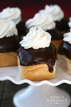 Use KING'S HAWAIIAN rolls as a short cut to making quick, delicious cream puffs. Can't wait to try them when I host a King's Hawaiian Roll Party! Just Desserts, Delicious Desserts, Yummy Food, Macarons, Yummy Treats, Sweet Treats, Kings Hawaiian, C'est Bon, Cupcake Cakes