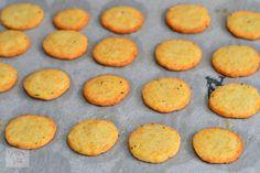 Biscuiti sarati cu parmezan si rozmarin - CAIETUL CU RETETE Parmezan, Cornbread, Cookies, Ethnic Recipes, Desserts, Food, Millet Bread, Crack Crackers, Tailgate Desserts
