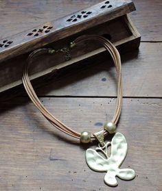 Métamorphosez - vous avec ce Magnifique Collier Papillon doré !