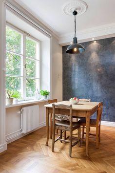44 neliötä ja yksi kaunis seinä, ruskeaöverit ja pientä pintaremonttia. Harmaalla linjalla jatketaan :) Minua kun tunnetusti viehättävät harmaan erilaiset