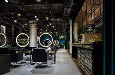Salão de beleza em Wuxi, na China: revestimento hexagonal, paineis metalicos e espelhos pendurados com moldura iluminada. #camilakleinarquiteta #salão #beauty #china #iluminação #compartilhandoexperiencias