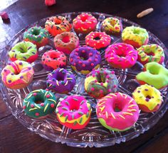 Kids model magic donuts I would like to find decorated donuts like this that you could eat! I think I will start my own donut shop? More for Wayne Theibaud - model magic donuts Sculpture Lessons, Sculpture Ideas, Sculpture Art, Sculptures, Pop Art Party, 2nd Grade Art, Grade 3, Model Magic, Kids Clay