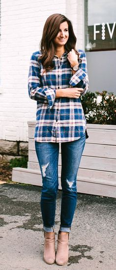 Amazing spring outfits / Printed Shirt / Ripped Jeans / Beige Suede Booties