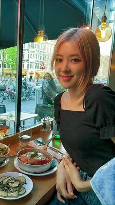Her vocal so lit. Kim Jennie, Rose Photos, Blackpink Photos, Blackpink Jisoo, South Korean Girls, Korean Girl Groups, Foto Rose, Rose Bonbon, Blackpink Members