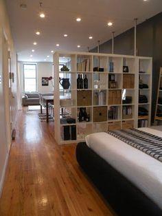 une bibliothèque ouverte pour séparer la pièce jour d'un studio                                                                                                                                                                                 Plus