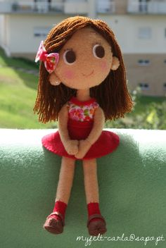 felt doll, pretty sure it's sewn not needle felted but hard to tell. so much personality in such a tiny doll! Felt Fabric, Fabric Dolls, Rag Dolls, Doll Crafts, Diy Doll, Sewing Toys, Sewing Crafts, Felt Diy, Soft Dolls