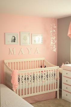 Quarto cinza e rosa, com detalhes que me agradam: quadros e as borboletas.