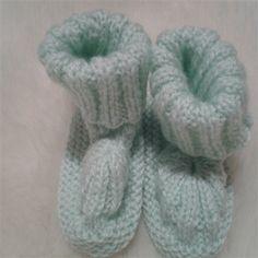 petits chaussons blanche et verte style rétro  fait main  Cette paire de petits chaussons blanche et verte style rétro fait main est entièrement tricotée aux aiguilles . Elle convient aussi bien à une petite fille qu'à un petit garçon La laine layette...