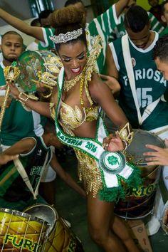 Bailarina Ivi Pizzott usa vestido de R$ 15 mil em coroação de escola de samba | Portal N10 - Muito mais informação e entretenimento