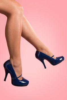 Retro40s Cutiepie Mary Jane Navy platform lak pumpsvon Pinup Couture. In Zusammenarbeit mit Borello hat Pin up Girl ihre eigene Schuhkollektion entworfen: Pinup Couture Shoes. Die Schuhe passen perfekt zu der Kleiderkollektion!Vintage inspirierte sog. Mary Jane Pumps aus dunkelblauem(Kunst)Lackleder, mit dem typischen Bändchen.Diese Pumps haben ein verborgenes Plateau und sind daher nicht so hoch wie man denkt. Mit komfortablem Fußbett und zierlichem Absatz. ...