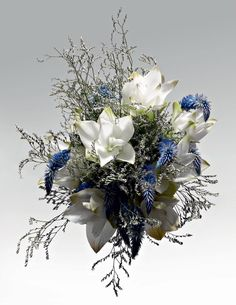 Moderno Buquê de cúrcuma branca, rabo-de-galo azul e orquídeas chuva-de-prata