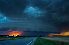 Spectacular pictures of tornadoes and lightnings. Spectacular pictures of tornadoes and lightnings. Lightning Cloud, Tornadoes, Thunderstorms, Sky And Clouds, Storm Clouds, Natural Phenomena, Nature Photos, Beautiful World, Nature Photography