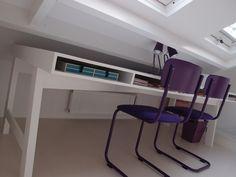 Het bureau is een meter diep maar verdwijnt voor de helft onder het schuine dak.