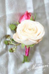 Róża w butonierce ślubnej pana młodego