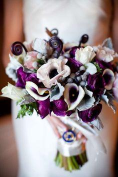 Winterhochzeit blumen  Blumen #Hochzeit #Brautstrauss #weiß #lila #aubergine ...