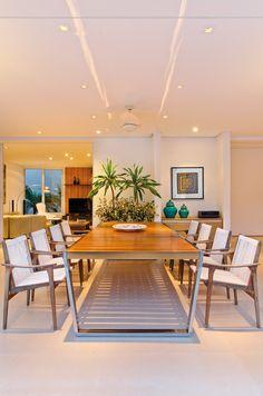 A varanda conta com iluminação pontual embutida (ViaLight) e móveis contemporâneos. Projeto por Pedro Garcia Lopes. http://www.comore.com.br/?p=26692 #revistainterarq #coletanea #pedrogarcialopes #medidasgenerosas #projeto #architetura #interarqinterior #architecture #archdaily #cool #contemporary #decor #design #decoration #home #homestyle #instadecor #instahome #homedecor #interiordesign #lifestyle #modern #ideas #interiordesigns #luxuryhome #inspiration #homedesign #varanda