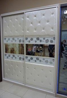 """Шкафы-купе(презентационный) с декоративными панелями из кожи,стекла,зеркала и подсветки<br /> Размеры : 2500*2000*600<br /> Корпус выполнен из 26мм лдсп Egger(Вудлайн крем)(Германия)<br /> Фасады -  2 двери в профиле обтянутом кожей рептилии  """"Croco Pearl""""<br />                    - стеклянные  панели с 3D  графикой Glassgo<br />                      более 50000 вариантов графики по форме и цвету<br />                    - панели из кожи (Exotica Pearl) более 300 видов<br…"""