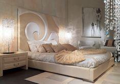 dormir la tête au nord, tête de lit surdimensionnée en relief, structure en cuir beige, tapis design, applique murale et chevet en bois