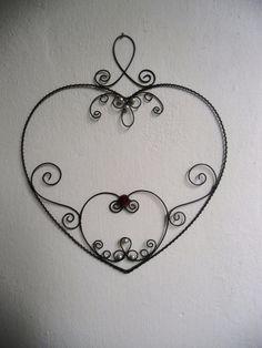 Velké romantické srdce tohle srdíčko je cca 30 x 30 cm veliké, z černého drátu, přizdobené něžnými perličkami a červenou růžičkou.