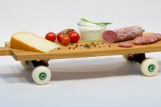 Brotzeitbrett auf Skateboard-Rollen: Wurschtundkasboard