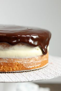 When I am in hurry and need to make a quick dessert for our summer bbqs, this Easy Boston Cream Poke Cake is perfect. The recipe is so super simple and uses a boxed cake mix, pudding, and store bought frosting. Boston Cream Poke Cake, Cream Cake, Boston Cream Pie Cupcakes, Oatmeal Cream Pies, Quick Dessert Recipes, Cream Pie Recipes, Recipe For 4, Cupcake Cakes, Baking