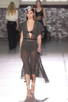 John Galliano rejuvenesce os slip dresses para o verão 2017 - Vogue | Desfiles