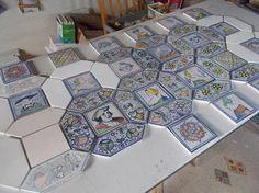 Flemish (Antwerp) majolica floor tiles from the early 16. century. These are remakes by Jaap Bergisch.                                        Deze combinatie van vierkante en zeshoekige tegels werd toegepast in de renaissance van Italie en later in Antwerpen. Hele vloeren werden zo betegeld. Het is heel leuk om dit soort tegels zelf te maken. Ze zijn natuurlijk ook te koop! (zie website)