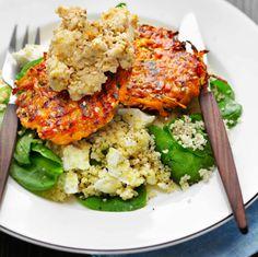 Sesam- och morotsbiffar med hummus och fetaost, ICA Raw Food Recipes, Vegetarian Recipes, Healthy Recipes, Healthy Food, Hummus, Go Veggie, Party Food And Drinks, Happy Foods, Food Inspiration