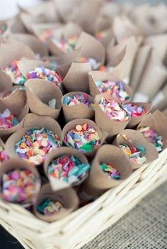 Substitua o pacotinho de arroz por confetes coloridos