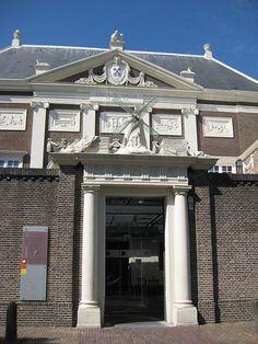 De lakenhal in Leiden, het stadspaleis van de textiel. Het molentje staat voor een soort industriële revolutie, niet stoom maar wind was de aandrijfkracht.