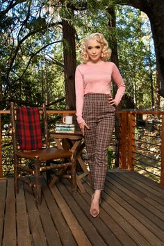 Vintage Trousers in Mushroom Pink Plaid - like the fit of the top, but need it to fit a long torso. Vintage Trousers in Mushroom Pink Plaid - like the fit of the top, but need it to fit a long torso. 1950s Outfits, Pin Up Outfits, Vintage Style Outfits, Cute Outfits, Fashion Outfits, Fashion Scarves, Fashion Tips, Estilo Pin Up, Estilo Retro